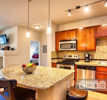 Spacious kitchen w/island