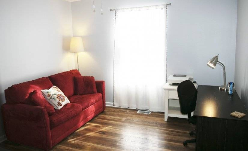Large office room with full pull out couch.