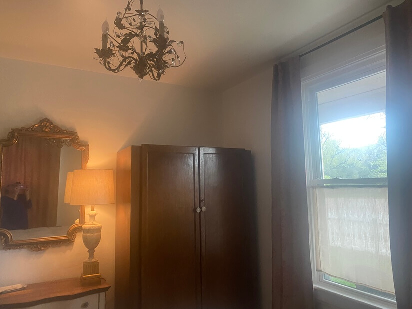 Beautiful chandelier above.