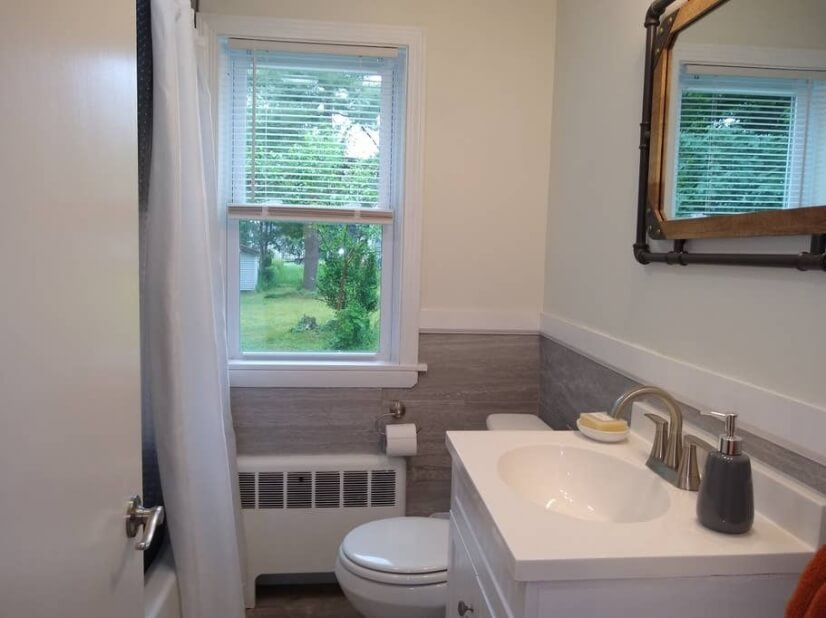 Bathroom with Shower/Tub Combo and Great Water Pressure!
