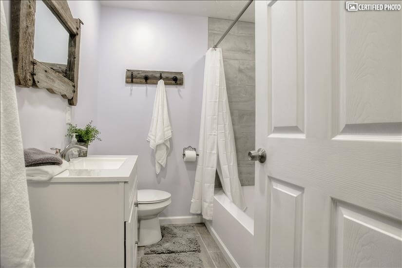 Full bathroom located centrally in the hall n