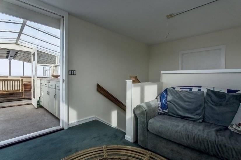 """Lighthouse Room"" on 4th floor - single bed, sink, minifrig"