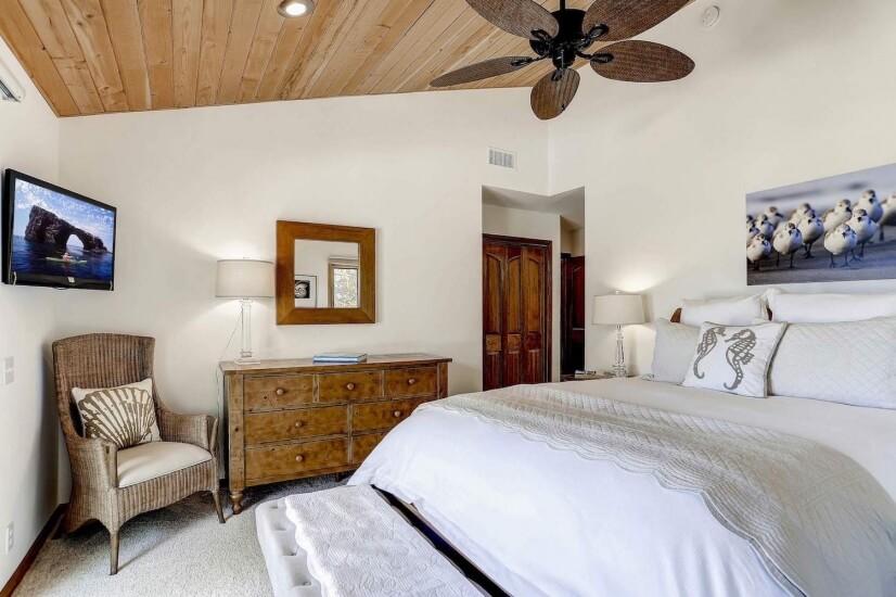 Bedroom 4: Queen bed
