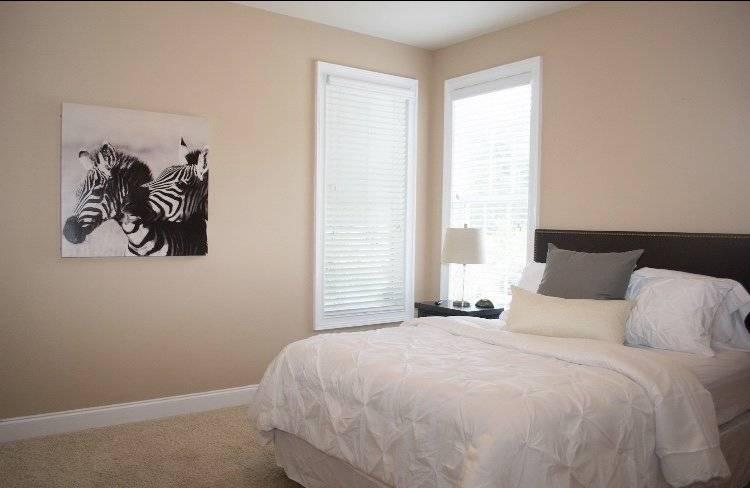 Bedroom on main w queen bed