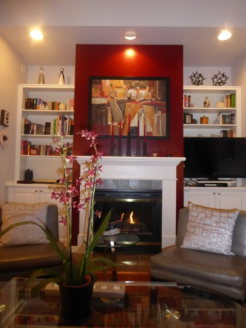 Welcoming living rpom with gas fireplace