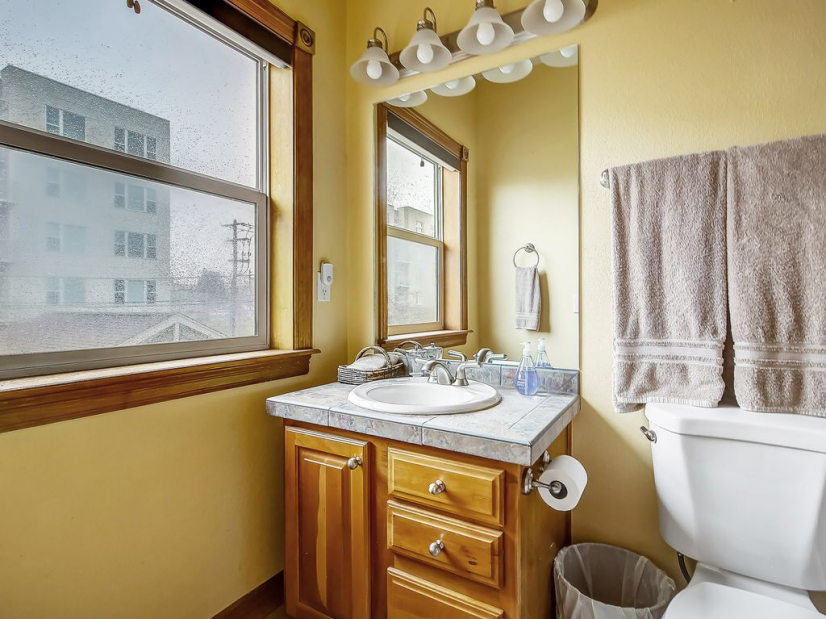 Second master's bathroom, including full tub and shower