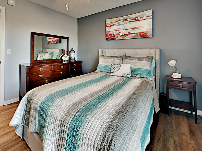 Middle full bed room
