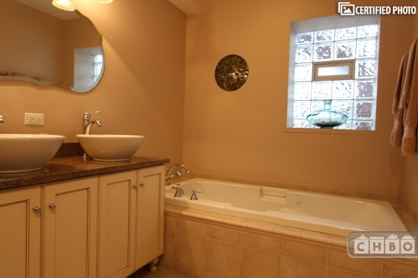 image 17 furnished 3 bedroom Townhouse for rent in Rogers Park, North Side