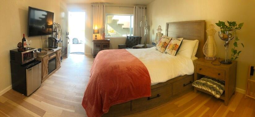 Ground Flor Master Bedroom w/street entrance