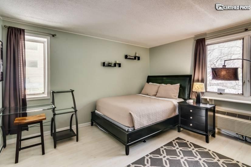 Master bedroom: queen bed