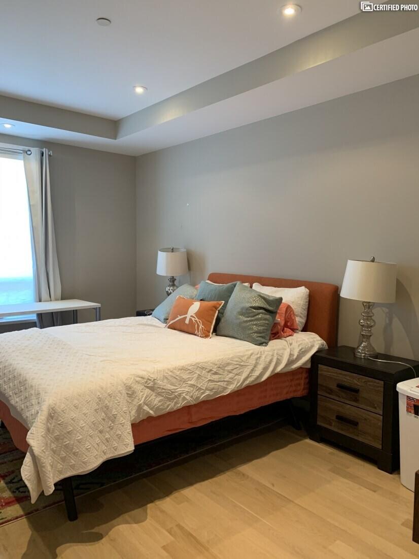 Queen bed with en-suite bathroom