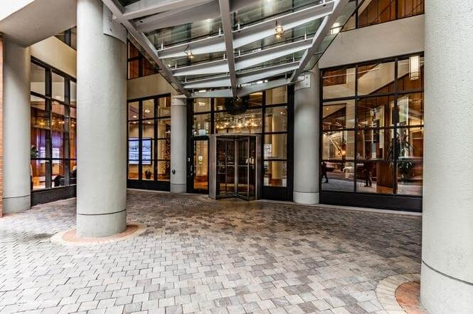 Come walk into this building with this grand entrance