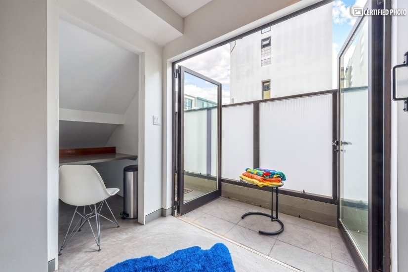 Double doors open the space up to the beach breezes.