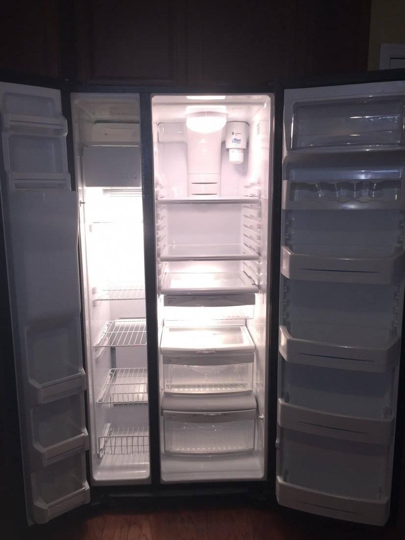 Roomy fridge with built in ice maker & water dispenser