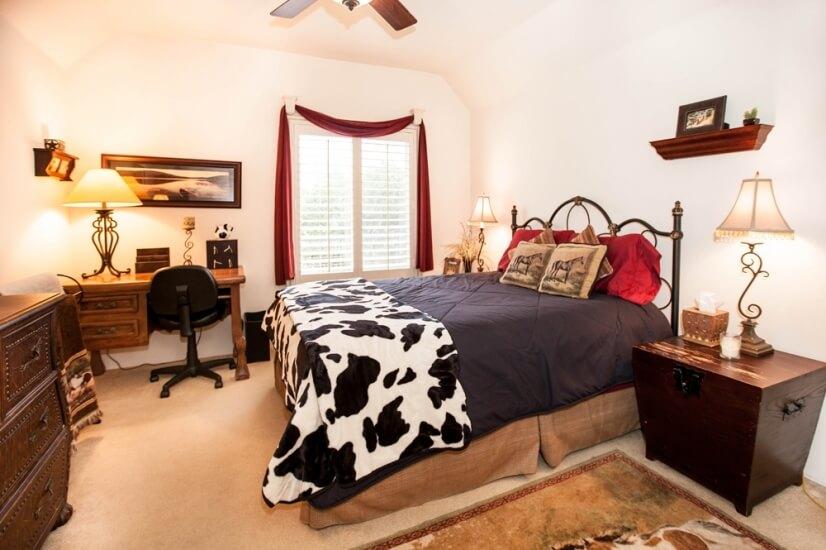 2nd Bedroom w. Queen & Walkin Closet