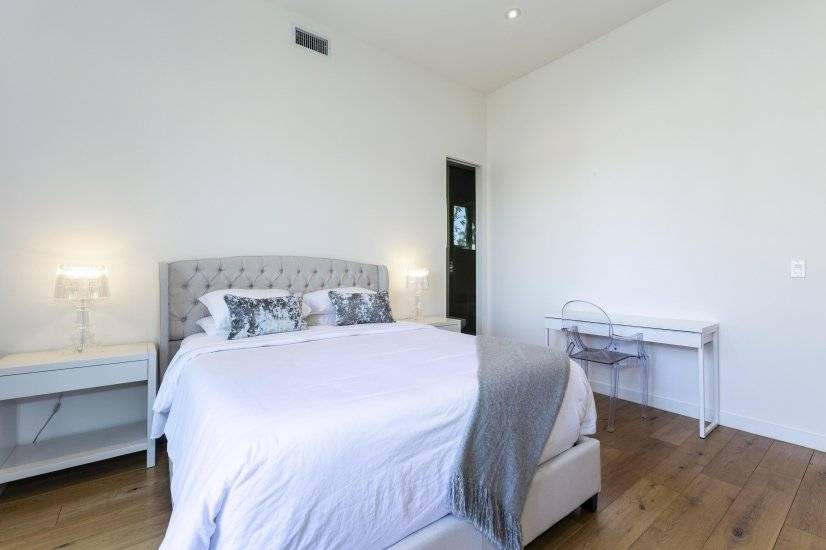 Upstairs Bedroom with En-Suite Bathroom 3