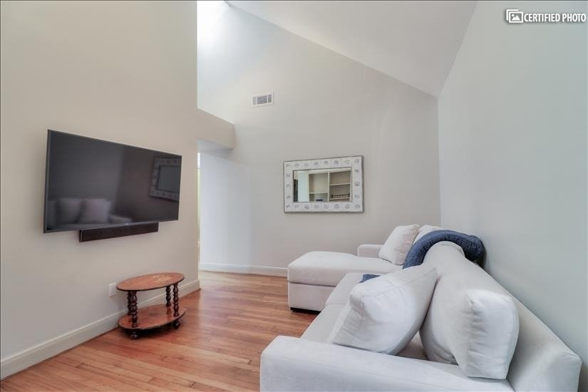 """Family Room - with 55"""" Smart TV, Cable and Wifi"""