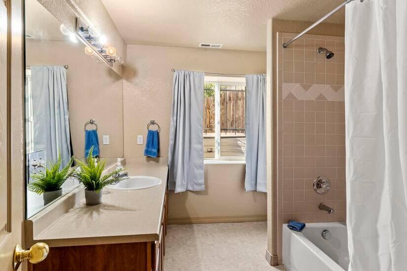 Colorado Room's private bathroom