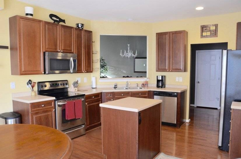 Spacious kitchen with breakfast table in bay window