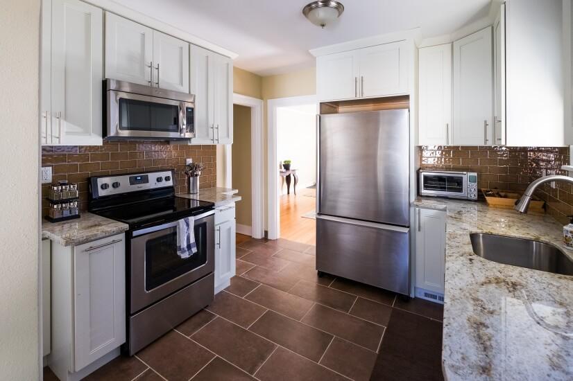 Granite countertops, new stainless steel appliances