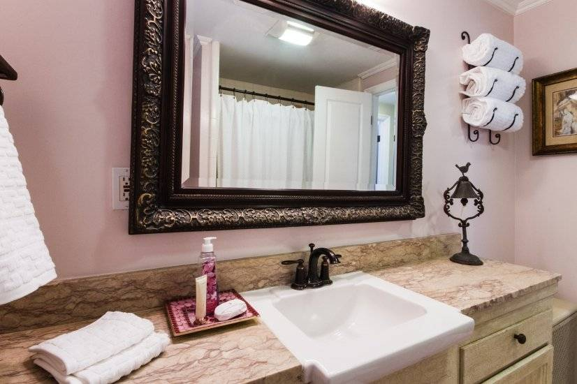 "Hall Bathroom ""Beverly Pink"", luxury white towels, hamper"