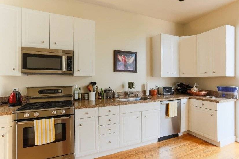 Spacious kitchen w/stainless appliances & granite counters