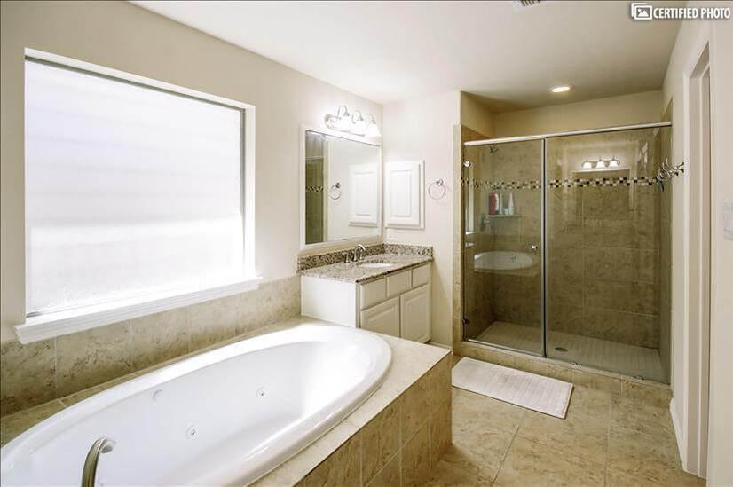 Master Bathroom w/ large jacuzzi tub & shower