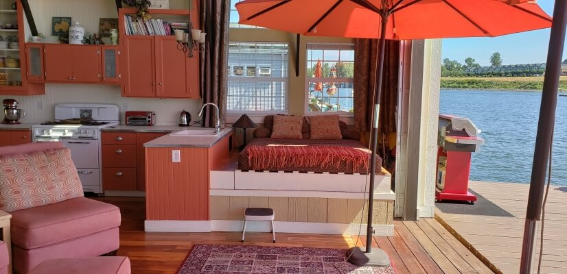 Sun-room w/ 2nd kitchen and daybed