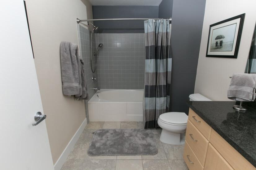Bathroom/ Full size tub
