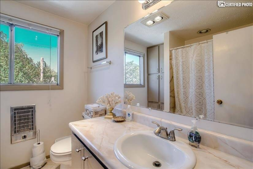 Full bath with combination tub/shower on uppe