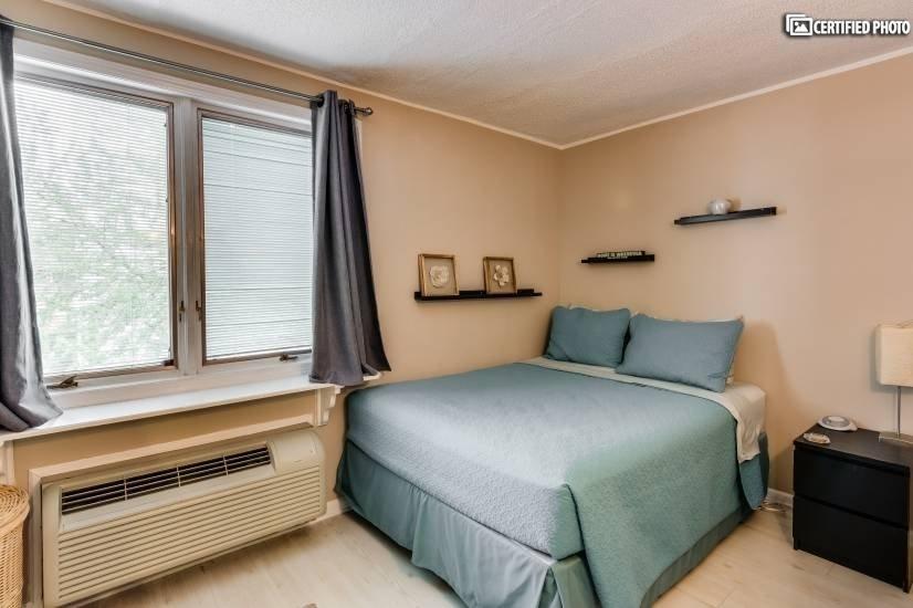 Second bedroom: relax in the queen bed!