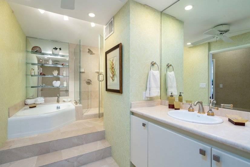 Large 1st bath w/soaker tub & shower