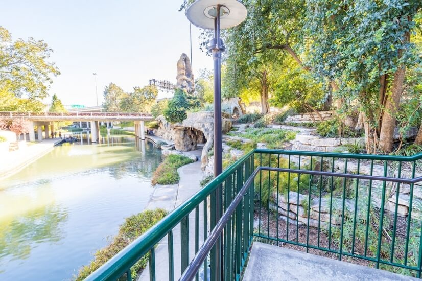 Two minute walk from townhome to Riverwalk