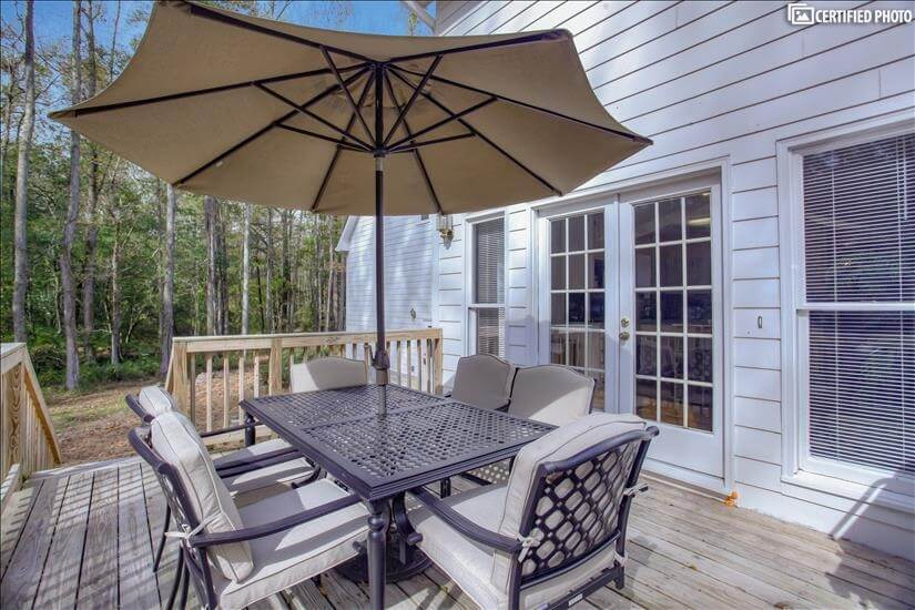 Seating for 6 people on back porch area.