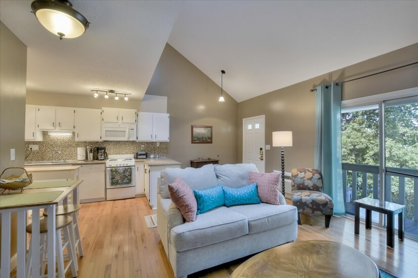 Beautiful, fully furnished, light-filled cond