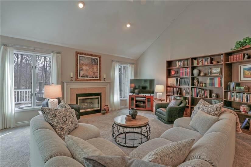 Main Floor Living room Spacious, high ceiling